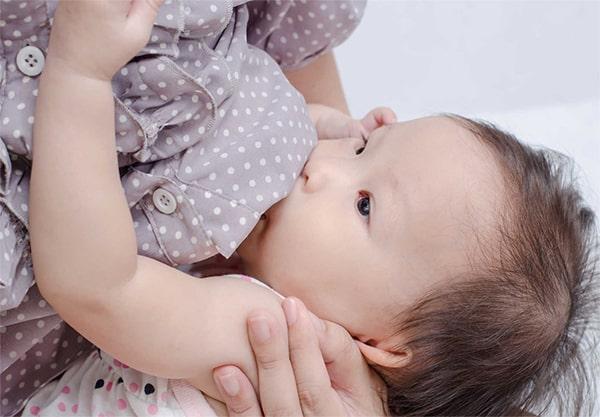 Trẻ sơ sinh nên bú mẹ đến khi nào?